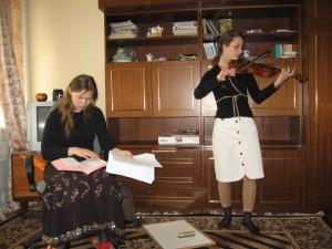 Сестра Оксана проводить служіння, сестра Люба виконує псалом для Господа